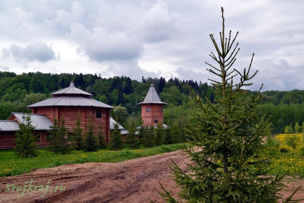 Сергиев Посад. Гремячий водопад. Елки и постройки из бревен