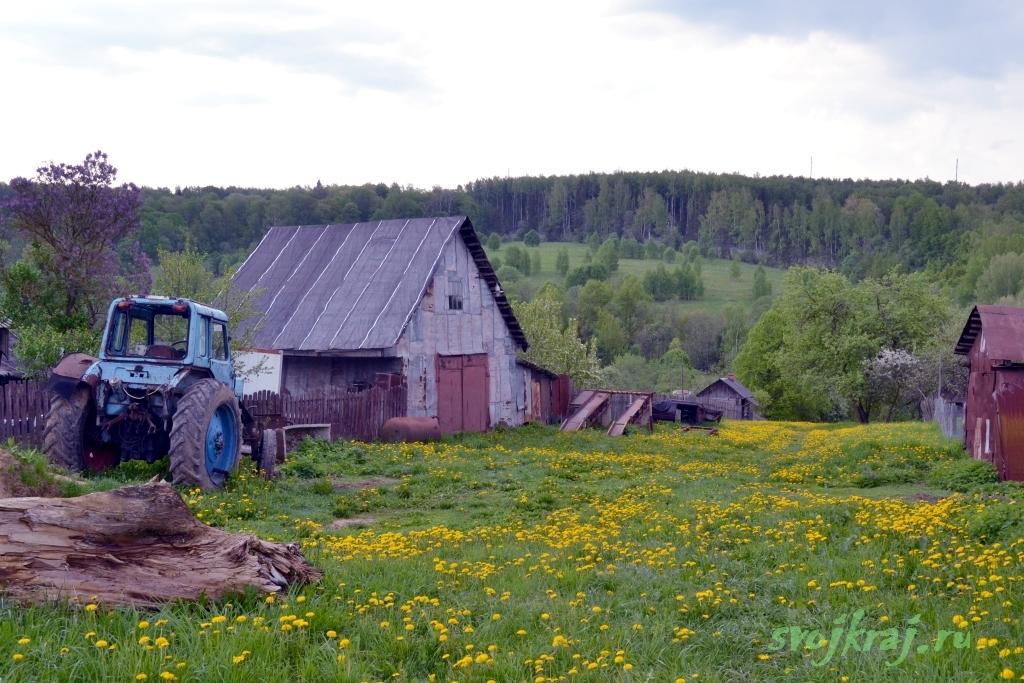 Деревенская жизнь. Ржавый трактор, Сарай. Хозяйственные постройки