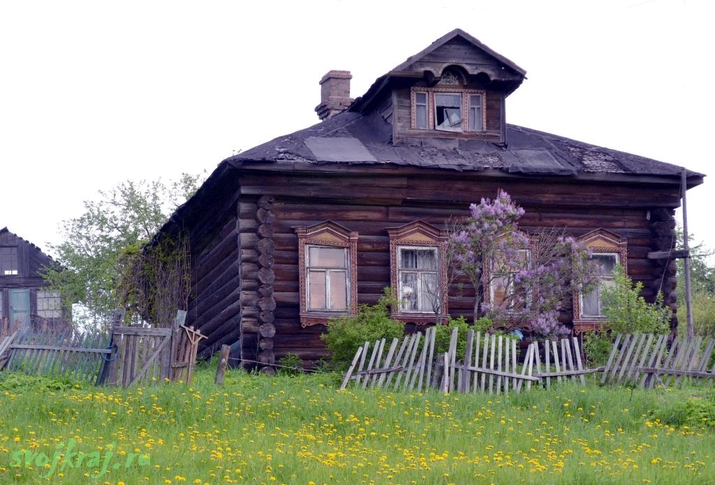 Старый деревянный дом. Покосившейся забор